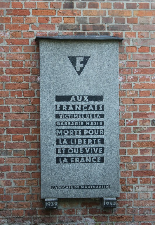 """At the end of the 1940s the organization of the French former concentration camp prisoners, the """"Amicale de Mauthausen"""", put up a commemorative plaque on the crematorium chimney. Photo by C. Rabl"""